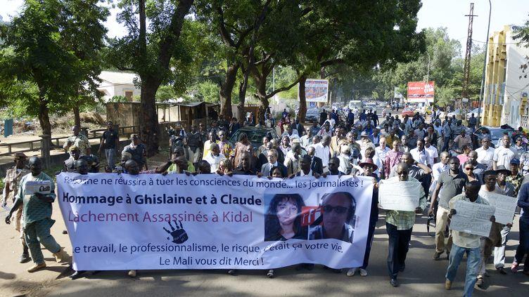 Marche silencieuse, le 4 novembre 2013, dans les rues de Bamako (Mali) pour rendre hommage aux deux journalistes de RFI tués vers Kidal. (PHILIPPE DESMAZES / AFP)