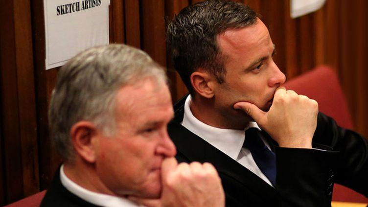 Oscar Pistorius aux côtés de son avocat (SIPHIWE SIBEKO / POOL)