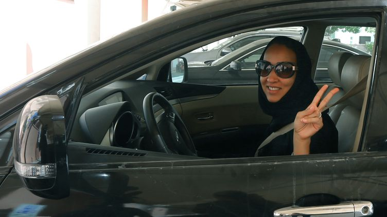 L'activiste saoudienne Manal Al Sharif, au volant d'une voiture, à Dubai, le 22 octobre 2013. (MARWAN NAAMANI / AFP)