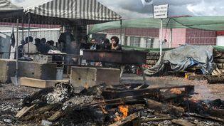 Des éleveurs de viande bovine bloquent l'abattoir Sicarev à Roanne (Loire), le 15 juin 2015. (JEAN-PHILIPPE KSIAZEK / AFP)