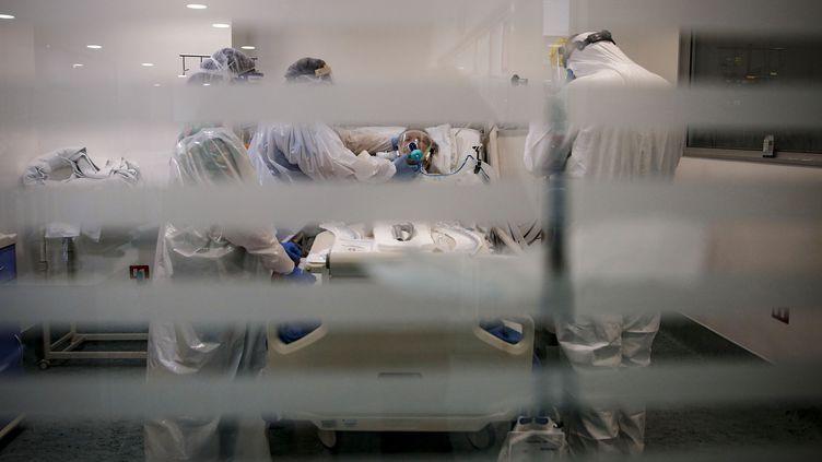 Des médecins soignent un malade du Covid-19, à l'hôpital El Carmen de Santiago, au Chili, le 6 mai 2020. (JAVIER TORRES / AFP)