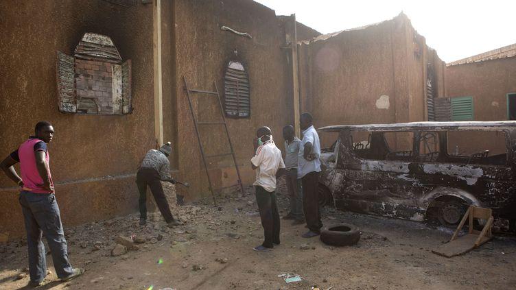 """Début de reconstruction d'une église évangélique détruite lors de manifestations contre les dessins satiriques du journal """"Charlie Hebdo"""". Photo prise à Niamey, capitale du Niger, le 23 janvier 2015. (JOE PENNEY / X02952)"""