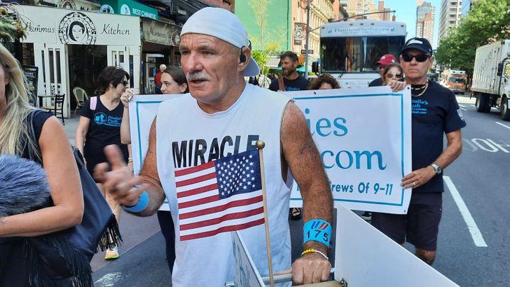 Paul Veneto marche à la mémoire de ses collègues du vol 175 deUnited Airlines, qui s'est écrasé dans la Tour Sud du World Trade Center le 11 septembre 2001. (BENJAMIN ILLY / FRANCEINFO)