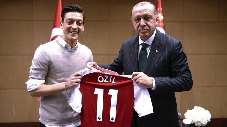 Mesut Özilet le président Erdogan posant ensemble, le 13 mai 2018, à Londres. (AFP PHOTO / TURKISH PRESIDENTIAL PRESS OFFICE / KAYHAN OZER)