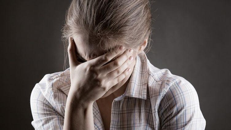 """Certains thérapeutes autoproclamés profitent des difficultés psychologiques de leur """"patient"""" pour le couper de son entourage."""