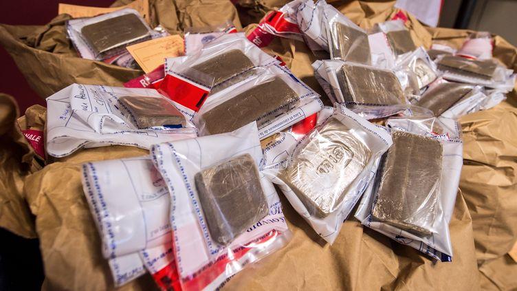 De larésine de cannabis et de l'héroïne saisis par les policiers à Lille, le 6 février 2015. (PHILIPPE HUGUEN / AFP)