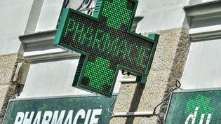 La croix verte d'une pharmacie à Nantes (Loire-Atlantique), le 30 avril 2019. (LOIC VENANCE / AFP)