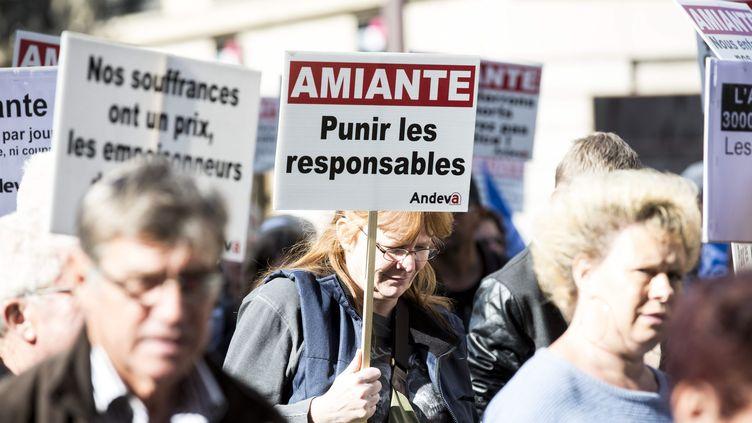 Des victimes de l'amiante défilent à Paris, le 9 octobre 2015. (MAXPPP)