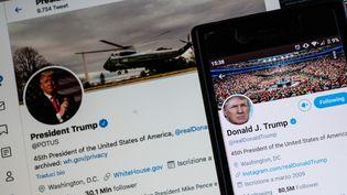 Les images des comptes Twitter @POTUS et celui de Donald Trump, en mai 2020. (RICCARDO MILANI / HANS LUCAS / AFP)