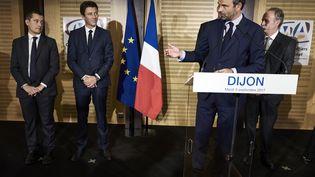 Le Premier ministre Edouard Philippe, accompagné de Gérald Darmanin et Benjamin Griveaux, à la chambre de commerce de Dijon (Côte d'Or), le 5 septembre 2017. (JEAN-PHILIPPE KSIAZEK / AFP)