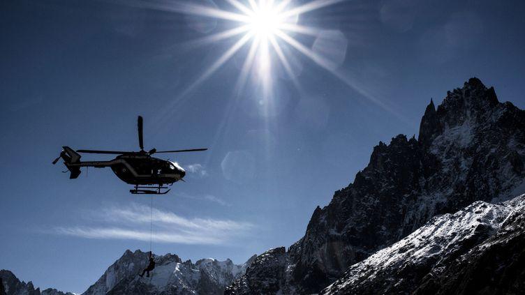 Un hélicoptère du PGHM en Haute-Savoie, dans le massif du Mont-Blanc. (JEFF PACHOUD / AFP)