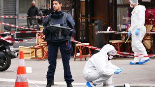 La police scientifique au travaill'intérieur du café Comptoir Voltaire sur le site d'une attaque le 14 Novembre 2015 à Paris. (HOUPLINE / RENARD / SIPA)