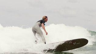 Depuis la levée du confinement, le surfeurs ont retrouvé leurs vagues, notamment sur la côte basque, où ce sport fait vivre des milliers de personnes. (FRANCE 2)