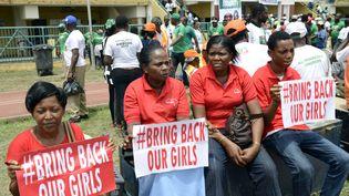 """Des manifestants portent des pancartes """"Bring Back our Girls"""", pour demander la libération des 276 lycéennes de Chibok, enlevées par Boko Haram, lors d'un rassemblement à Lagos (Nigeria), le 7 mars 2015. (PIUS UTOMI EKPEI / AFP)"""