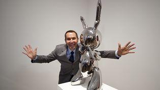 """Jeff Koons à côté de son œuvre """"Rabbit 1986"""", à Londres le 29 septembre 2009. (BEN STANSALL / AFP)"""