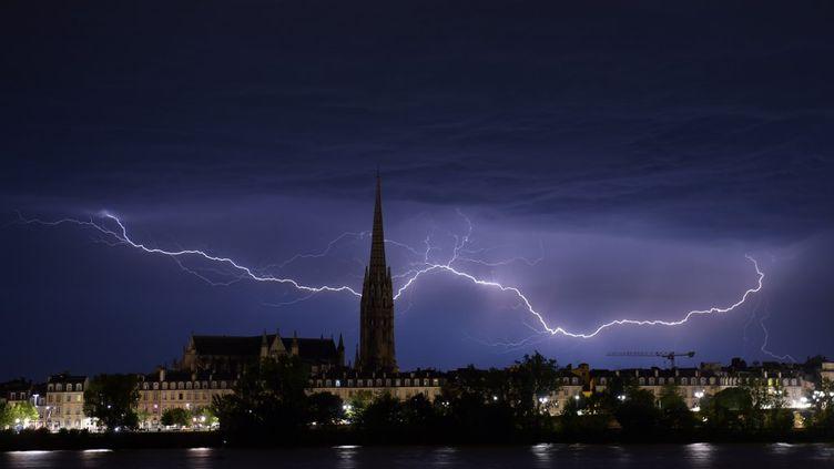 Un éclair dans le ciel bordelais, au-dessus de la Basilique Saint-Michel, le 6 juillet 2019 (NICOLAS TUCAT / AFP)