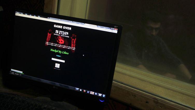 Un site internet piraté pendant l'attaque informatique menée par le groupeAnonymous, le 7 avril 2013 à Gaza. (SAID KHATIB / AFP)
