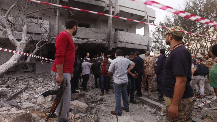 Devant l'ambassade de Fance à Tripoli (Libye) après l'attentat à la voiture piégée, le mardi 23 avril 2013. (ISMAEL ZETOUNI / REUTERS)