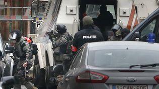 Une opération policière visant Salah Abdeslam à Molenbeek (Belgique), le 18 mars 2016. (FRANCOIS LENOIR / REUTERS)