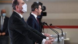 Le Premier ministre, Jean Castex (au premier plan), et le ministre de la Santé, Olivier Véran, lors d'une conférence de presse, à Paris, le 4 mars 2021. (ALAIN JOCARD / AFP)