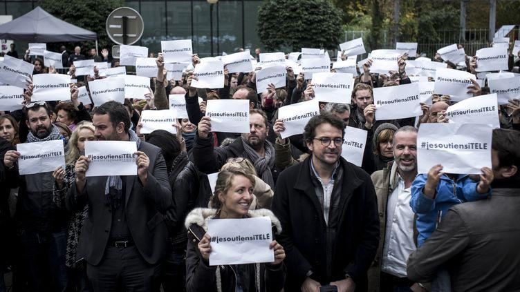 Des salariés d'i-Télé et leurs soutiens, le 19 octobre 2016 devant le siège de la chaîne, à Boulogne-Billancourt (Hauts-de-Seine). (PHILIPPE LOPEZ / AFP)