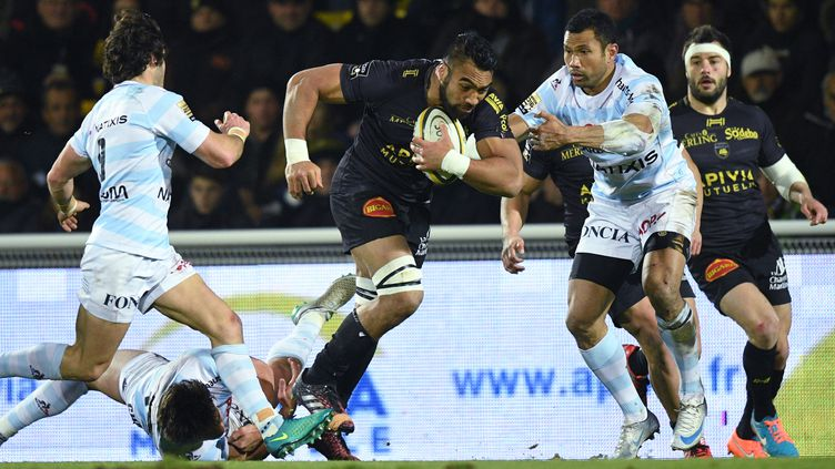 Le troisième-ligne néo-zélandais Victor Vito (en noir) échappe aux joueurs du Racing 92 lors de la victoire de La Rochelle à Colombes (38-15) le 11 mars dernier. (XAVIER LEOTY / AFP)