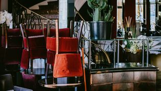Vue intérieured'un café-restaurant à Toulouse le 23 novembre 2020. Il va falloir attendre encore avant de déguster un steak frites au restau du coin.  (MAXIME LEONARD / HANS LUCAS / HANS LUCA VIA AFP)