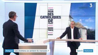 Henri Tincq et la couverture de son livre (France 3)