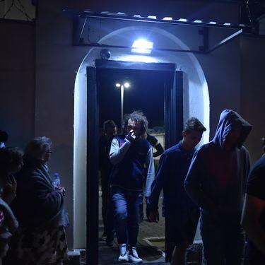 Des opposants qui ont manifesté contre la réelection d'Alexandre Loukachenko quittent le centre de détention d'Okrestina, à Minsk, le 14 août 2020. (SERGEI GAPON / AFP)