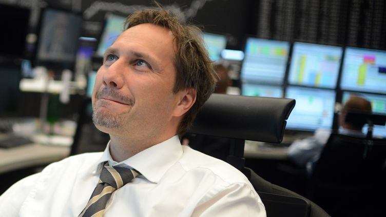 Un trader à la bourse de Francfort (Allemagne), jeudi 6 septembre. Les bourses européennes ont accueilli favorablement la série d'annonces de la Banque centrale europénne. (JOHANNES EISELE / AFP)