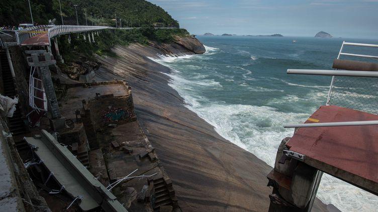 La toute nouvelle piste cyclable reliant Barra de Tijuca à Copacabana s'est effondrée quatre mois après son inauguration (CHRISTOPHE SIMON / AFP)