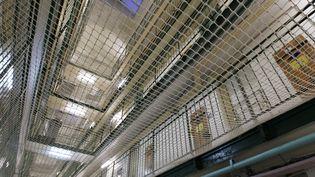 Un couloir de la prison de Fresnes avec filet de sécurité, pris en photo le 13 janvier 2015. (MATTHIEU ALEXANDRE / AFP)