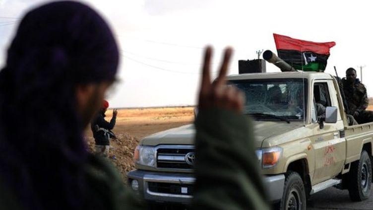 Rebelle libyen faisant le V de la victoire (est de la Libye) le 12 mai 2011 (AFP/Saeed Khan)