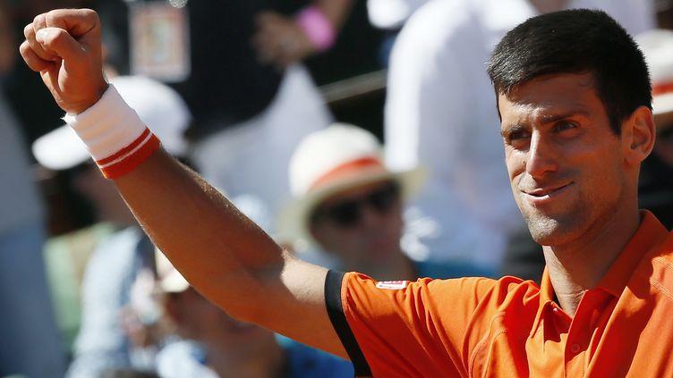 Novak Djokovic, numéro un mondial, célèbre sa victoire face à Andy Murray, lors du tournoir deRoland-Garros, à Paris, et sa qualification en finale, le 6 juin 2015. (PATRICK KOVARIK / AFP)