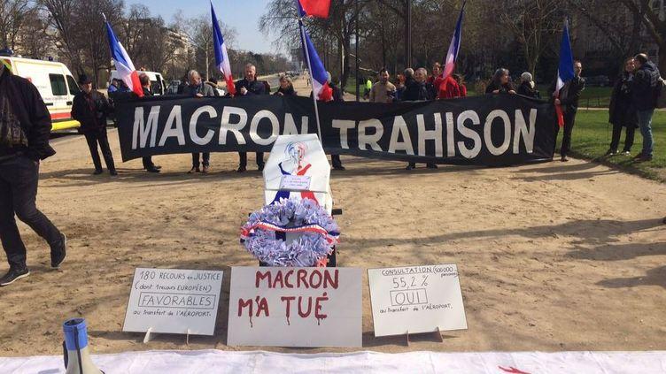 Les militants pro-aéroport de Notre-Dame-des-Landesavaient prévu de livrer symboliquement un cercueil rempli de cartes d'électeurs sur le perron de l'Elysée. (PAULINE PENNANEC'H / RADIOFRANCE)