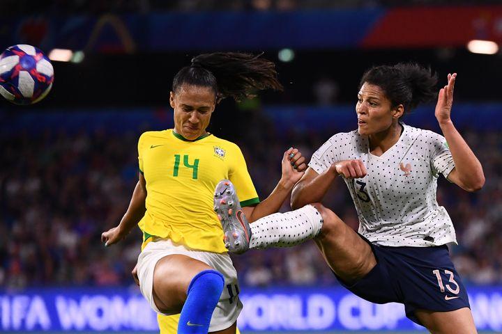La défenseuse Kathellen Sousa Feitozaet l'attaquante Valérie Gauvin à la lutte en huitièmes de finale de la Coupe du monde, dimanche 23 juin 2019 au Havre (Seine-Maritime). (FRANCK FIFE / AFP)