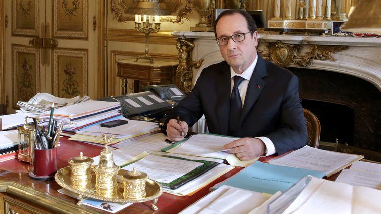 Le président François Hollande dans son bureau à l'Elysée, à Paris, le 24 février 2015. (PHILIPPE WOJAZER / AFP)