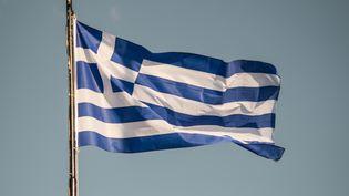 Le drapeau grec à Nea Artaki, en Grèce, le 17 janvier 2020. (WASSILIOS ASWESTOPOULOS / NURPHOTO / AFP)