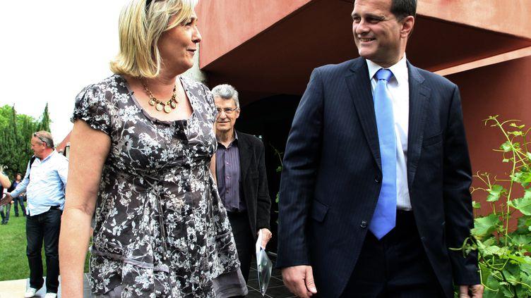 La présidente du FN, Marine Le Pen, et son compagnon Louis Aliot arrivent à une conférence de presse, le 12 mars 2012 à Perpignan (Pyrénées-Orientales). (RAYMOND ROIG / AFP)