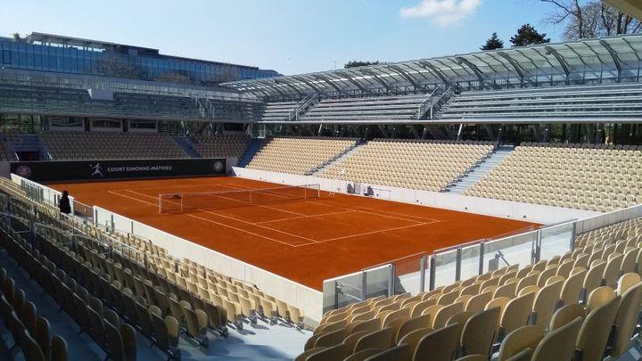 """Le stade Roland-Garros a inauguré ce jeudi 21 mars 2019, un nouveau court : le court """"Simonne-Mathieu"""", situé au cœur des serres d'Auteuil à Paris. (JEAN-PIERRE BLIMO / FRANCE-INFO)"""