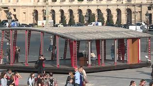 L'un des deux pavillons de Jean Prouvé exposé place de la Concorde à Paris dans le cadre de la FIAC  (Culturebox - capture d'écran)