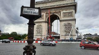 Les préparatifs de l'empaquetage de l'Arc de Triomphe à Paris, le 13 août 2021. (ANNE CHÉPEAU / RADIO FRANCE)