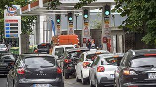 Des automobilistes font la queue devant une station-service lors de la grève des transporteurs de matière dangereuses, mardi 30 mai 2017 à Paris. (MAXPPP)