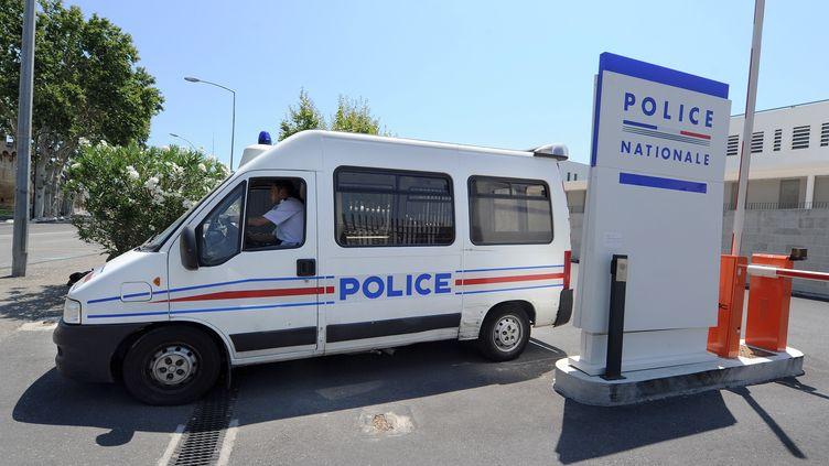 Un fourgon de police sort du commissariat d'Avignon, le 28 juin 2011. (GERARD JULIEN / AFP)