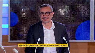Philippe Zaouati, CEO de Mirova et spécialiste du capitalisme vert, était l'invité du journal de 23 Heures de franceinfo, vendredi 28 mai. Il est notamment revenu sur le virage annoncé par Total, devenu TotalEnergies. (FRANCEINFO)