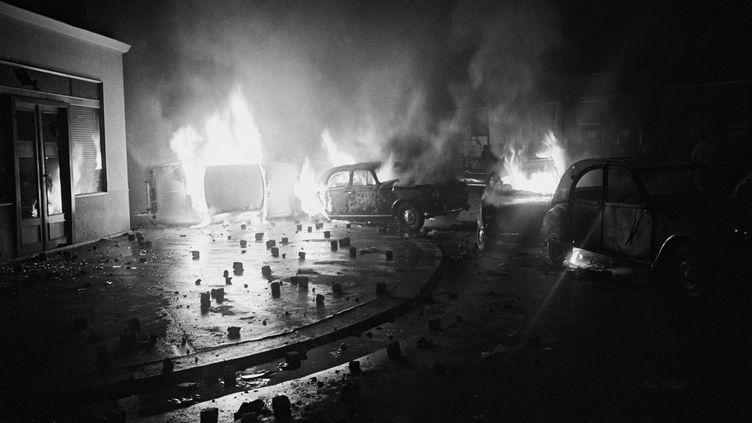 Des voitures en feu rue Gay-Lussac à Paris, dans la nuit du 10 au 11 mai 1968. (SIPAHIOGLU / SIPA)