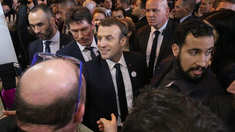 Alexandre Benalla escorte Emmanuel Macron lors du salon de l'Agriculture à Paris, le 24 février 2018. (MICHEL STOUPAK / NURPHOTO / AFP)