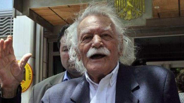 Manolis Glezos parle à la presse devant l'ambassade allemande à Athènes, le 6 Juin 2011. (AFP PHOTO / LOUISA GOULIAMAKI)