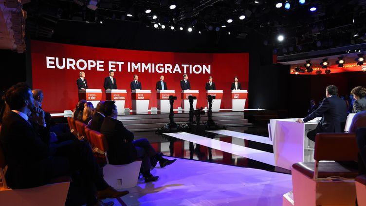 Les candidats de la primaire de la gauche lors du deuxième débat sur BFM TV et i-Télé, le 15 janvier 2017, à Paris. (BERTRAND GUAY / AFP)
