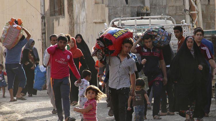 Une partie de la population de la ville irakienne deRamadi fuit l'avancée des jihadistes de l'EI, le 15 mai2015. (  REUTERS)